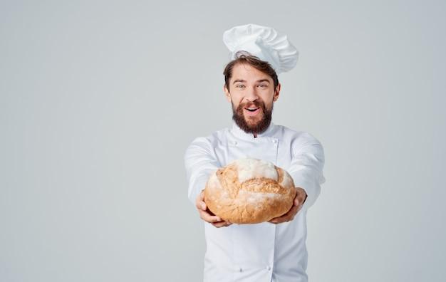 Шеф-повар с хлебом в руках профессионалов ресторана приготовления еды
