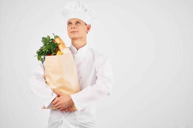 Шеф-повар с пакетом продуктов, готовящий здоровую пищу