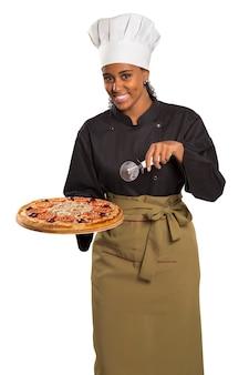 흰색 공간에 고립 된 피자를주는 요리사 여자