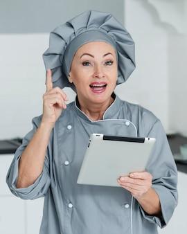 Шеф-повар женщина на кухне