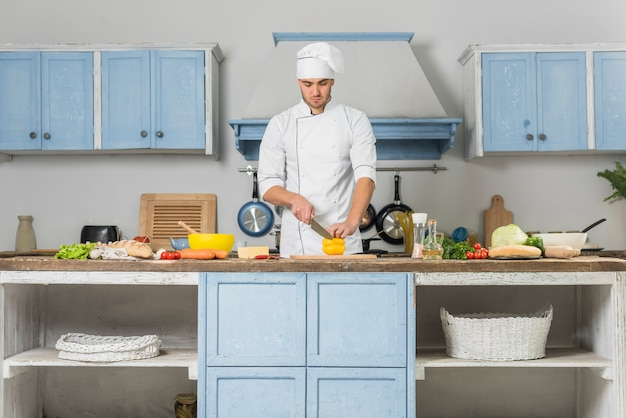 Шеф-повар работает на кухне