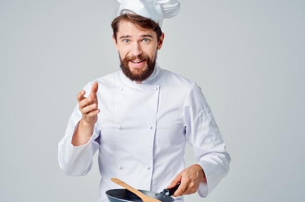 フライパン料理レストランキッチンの感情を持つシェフ