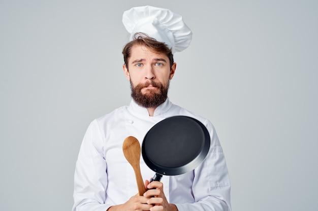 Повара со сковородой готовят еду ресторан кухня эмоции