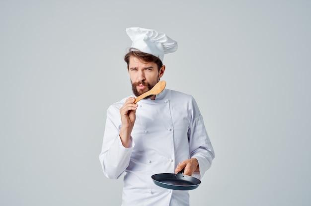 레스토랑 전문가를 요리하는 손에 프라이팬을 든 요리사