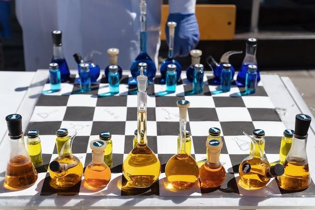 여러 가지 빛깔의 액체로 채워진 화학 접시 수치와 화학 체스 체스 판