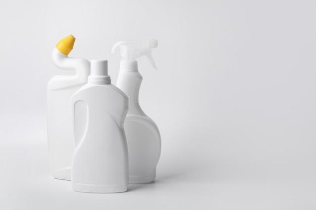 白い背景の上の化学洗浄用品