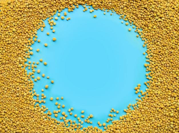Химическое удобрение для посадки и плантации на синем фоне.
