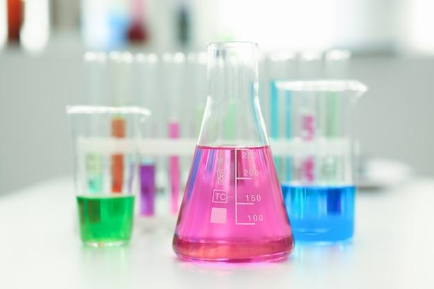 Лампа химической промышленности с синей пурпурно-розовой жидкостью