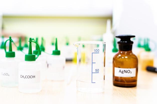 액체 실험실 테스트 튜브가 있는 화학 산업 플라스크는 실험실 테이블에 있습니다