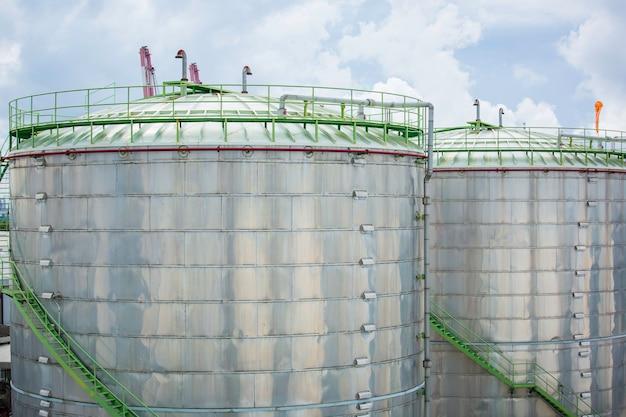 화학 산업 탱크 저장 농장은 구름 하늘에 있는 탱크를 단열합니다.