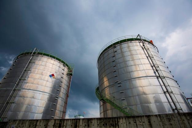 화학 산업 탱크 저장 농장은 구름 폭풍에 탱크를 단열합니다.