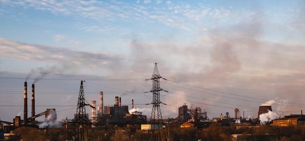 굴뚝에서 나오는 공기 연기를 오염시키는 화학 공장 고출력 전기 기둥 도시 지구 온난화