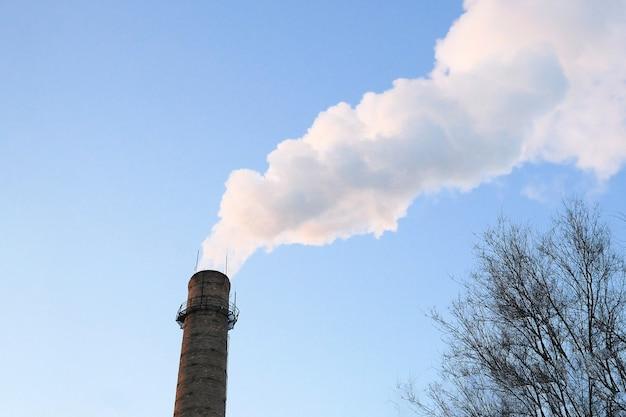 Химический завод башни атомной электростанции против голубого неба, крупным планом