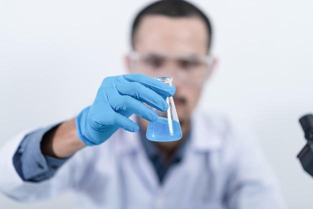 Химическое исследование с синей жидкостью