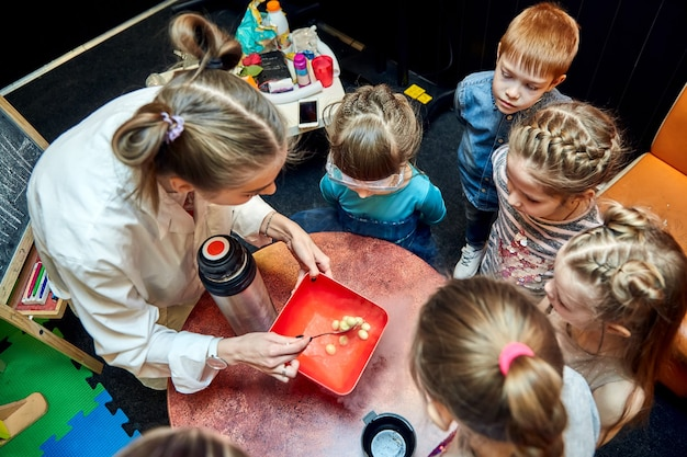 아이들을위한 화학 쇼 교수는 생일 소녀에 액체 질소로 화학 실험을 수행했습니다.
