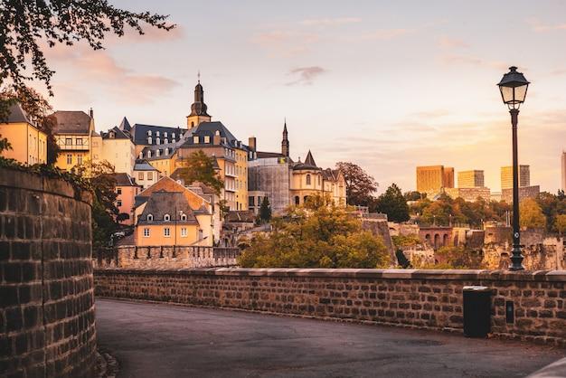 Chemine de la corniche в городе люксембург