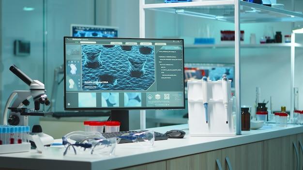 誰もいない化学実験室は、科学研究のためのハイテクおよび微生物学ツールを使用して、深夜に医薬品の革新に備えています。ワクチン開発