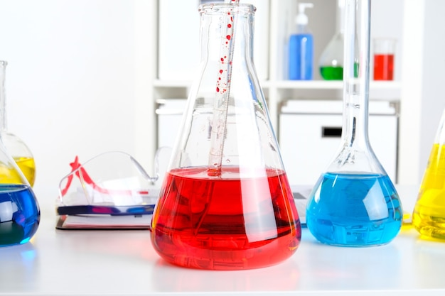 研究室の化学者の机。研究室の科学者の職場