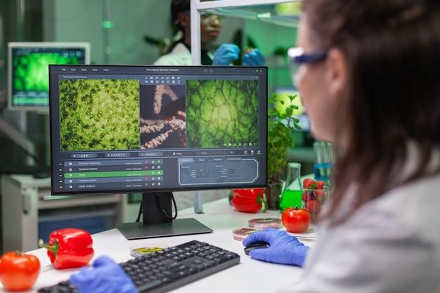 コンピューターで生化学の専門知識を入力する化学者科学者の女性