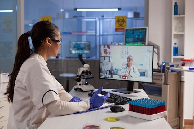 Химик с помощью технологии видеозвонка на компьютере