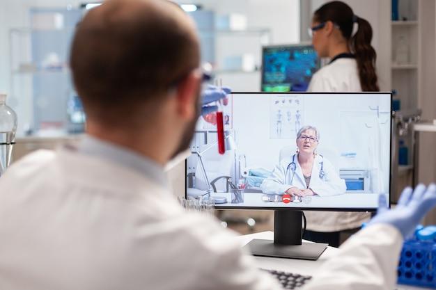 Исследователь химии обсуждает вирусную вакцину с врачом