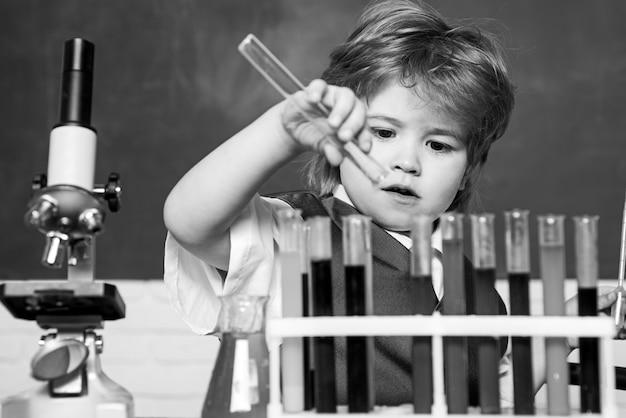 化学科学。未就学児。学校に戻る。科学と教育の概念。