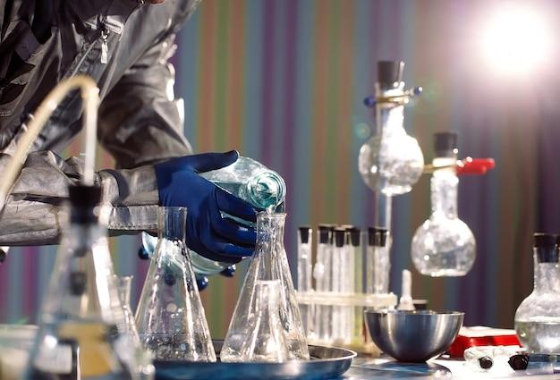 化学者は実験室で薬を作ります。