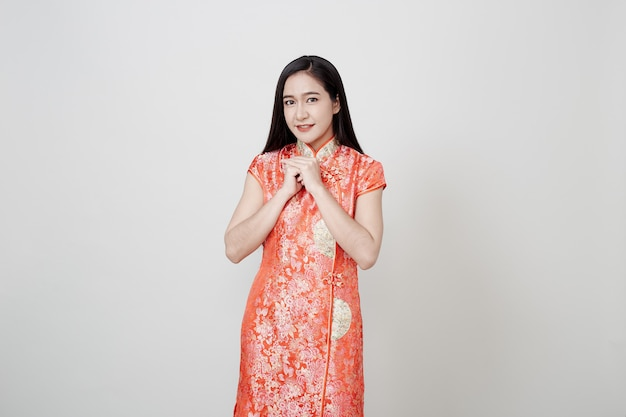 Азиатская женщина носить cheongsam в китайский новый год