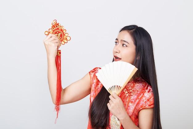 Азиатская женщина cheongsam нося