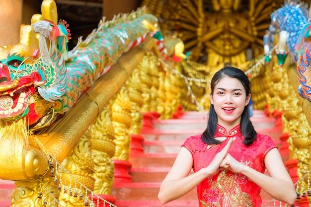 肖像画、中国、女、赤、ドレス、伝統的、cheongsam、中国語、寺院。