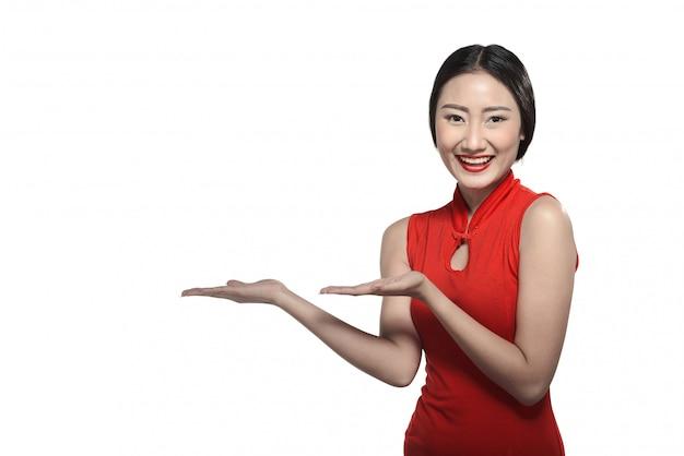 Азиатская женщина в платье cheongsam