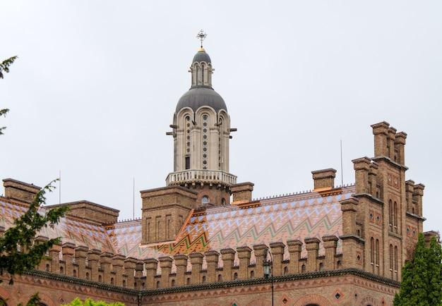 サイトに記載されているチェルニウツィー国立大学の建物。ウクライナ Premium写真