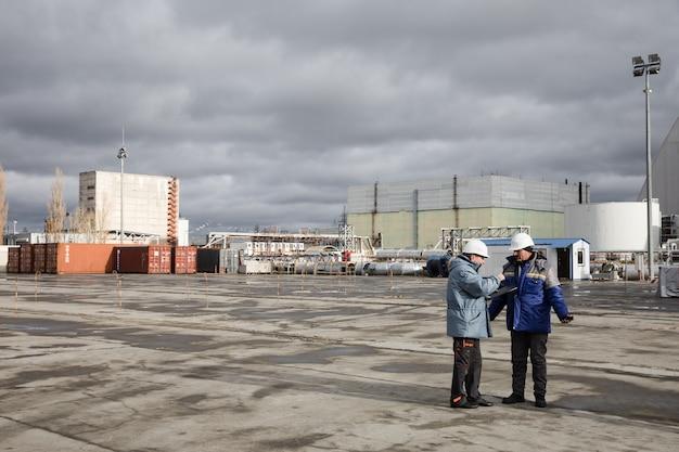 체르노빌, 우크라이나 - 2016년 11월 28일: 체르노빌 원자력 발전소의 작업자와 직원이 네 번째 발전소의 대피소 개체 위에 이동식 아치 건설을 완료했습니다.