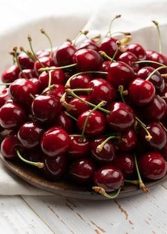 얕은 피사계 심도가 있는 배경으로 체리, 밝고 육즙이 많은 체리 과일, 과일 질감