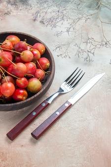 Вишня вилка нож желто красная вишня в миске