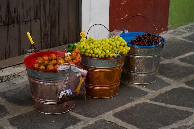 さくらんぼ、ブドウ、バケツの中の中国のマモン