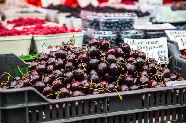 市内のファーマーズマーケットのさくらんぼ。ファーマーズマーケットの果物と野菜。