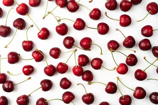 흰색 배경에 격리된 체리 베리 과일, 흰색 배경에 흩어져 있는 잘 익은 붉은 체리, 위쪽 전망 밝은 익은 체리