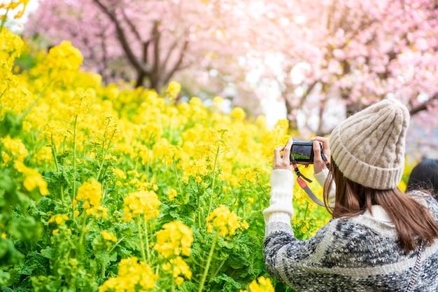 Привлекательная женщина наслаждается с cherry blossom в мацуда, япония