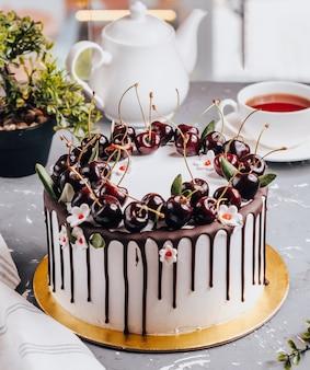 Вишневый пирог на столе