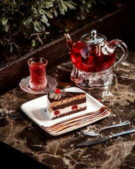 Torta di ciliegie con vista laterale del tè