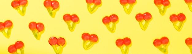 Caramelle di ciliegia su sfondo giallo