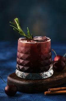 Вишневый коктейль с розмарином и корицей.