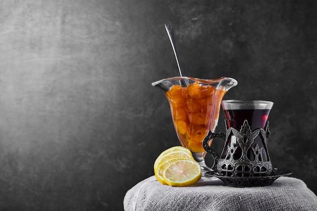 Confettura di ciliegie al limone e un bicchiere di tè.