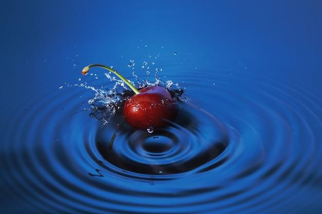 チェリーは水しぶきを上げて水中に深く落ちます。