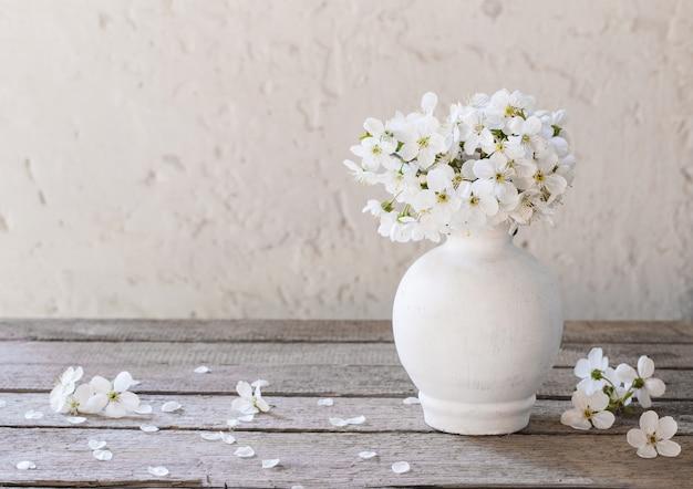 Вишневые цветы на белом фоне гранж