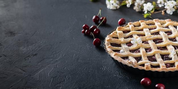 Вишневый пирог на столе с ветками вишни