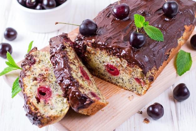 체리 스펀지 케이크와 초콜릿 흰색 나무 배경