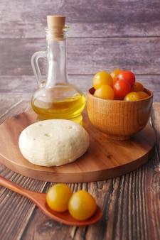 체리 토마토 치즈와 올리브 오일 테이블에