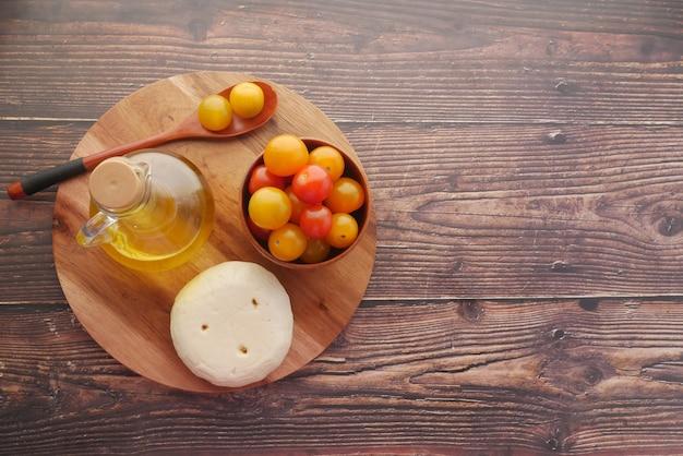 テーブルの上のチェリートマトチーズとオリーブオイル